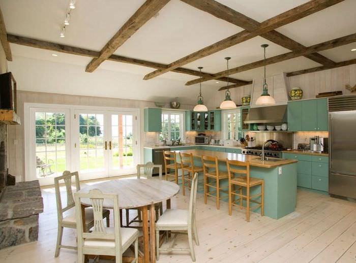 Деревянные балки на белом потолке кухни частного дома