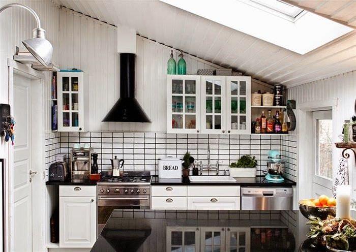 Интерьер кухни в мансарде загородного дома