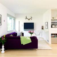 Белая комната с темным диваном