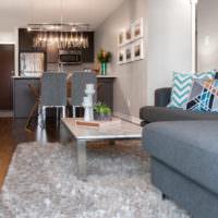 Серая мебель в гостиной частного дома