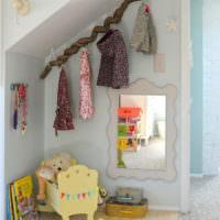 Вешалка из коряги в детской комнате