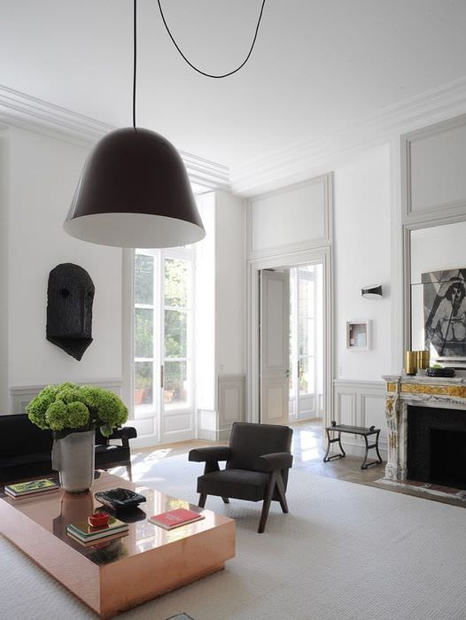 Люстра с черным плафоном в интерьере гостиной с беленым потолком