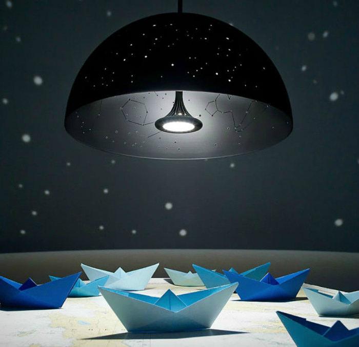 Подвесной светильник с дырками в абажуре, повторяющими карту звездного неба