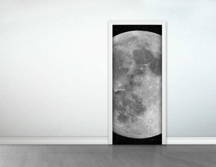 Оформление двери в космическом стиле
