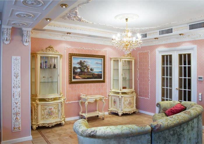 Хрустальная люстра на потолке гостиной в классическом стиле