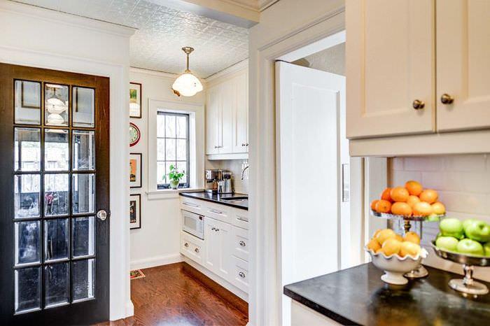 Дизайн небольшой светлой кухни в дачном домике