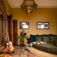 Современная гостиная городской квартиры в марокканском стиле