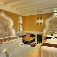 Подсветка куполообразных ниш в стене гостиной