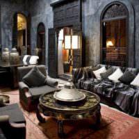 Темный интерьер комнаты в марокканском стиле