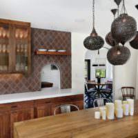 Светильники в восточном стиле на современной кухне