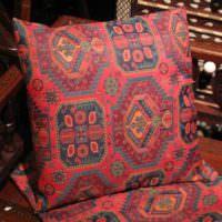 Подушка с ярким орнаментом в восточном стиле