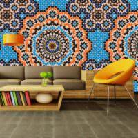 Марокканская мозаика над диваном в гостиной