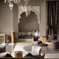 Серый интерьер гостиной в стиле востока