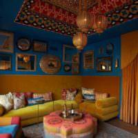 Декорирование стены над диваном в восточном стиле