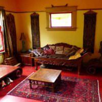 Красный пол в гостиной восточного стиля