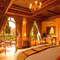 Интерьер спальни частного дома в марокканском стиле