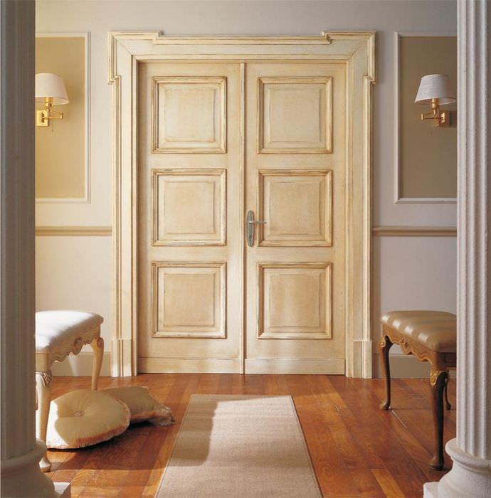 Деревянная дверь кремового цвета в классической гостиной