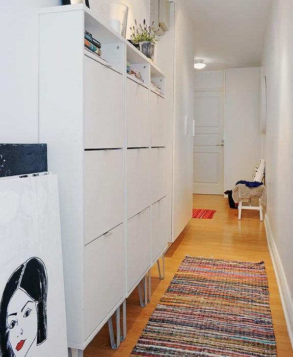 Мебельный гарнитур с белыми фасадами для малогабаритной прихожей