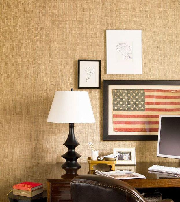 Мешковина на стене в интерьере жилой комнаты