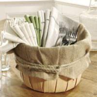 Простой декор из мешковины для украшения кухни