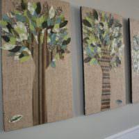 Аппликация на стене гостиной с использованием мешковины