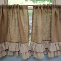 Занавески в сельском стиле на окне кухни