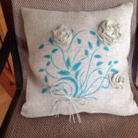 Декоративная подушка с цветной вышивкой