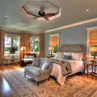 Просторная спальня частного дома со шторами из мешковины