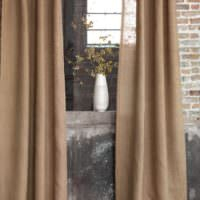 Окно в стиле лофт с занавесками из мешковины