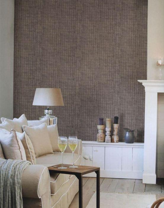Применение мешковины для оформления стен в гостиной комнате