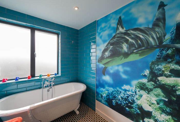 Дельфин на фотообоях в ванной комнате