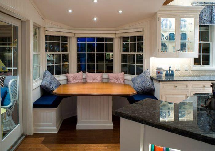 Оформление обеденной зоны в классическом стиле на кухне загородного дома
