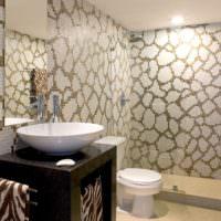 Оригинальный орнамент из мозаики в ванной комнате