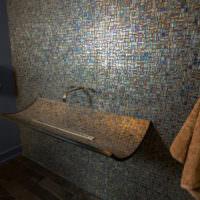 Оригинальное оформление умывальника в ванной загородного дома