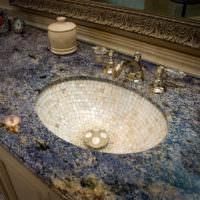 Раковина в ванной из мозаичной плитки