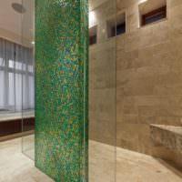 Перегородка в ванной с облицовкой зеленой мозаикой