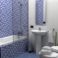 Светлая ванная комната с мозаикой в голубых тонах