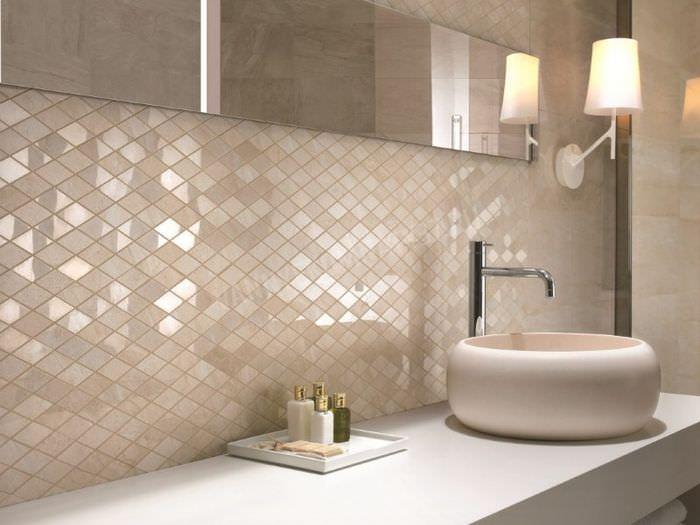 Дизайн интерьера ванной комнаты в пастельных тонах с отделкой мозаикой
