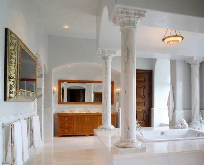 Классические колонны из мрамора в современном интерьере