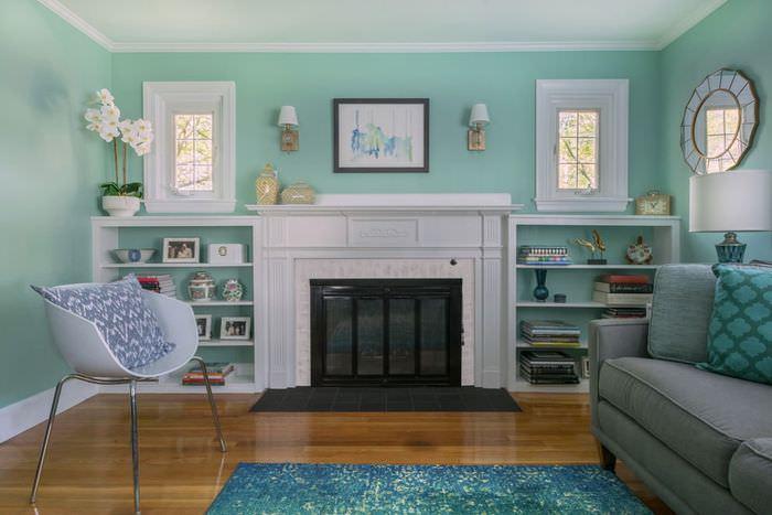 Сочетание стен мятного цвета с коричневым полом в гостиной
