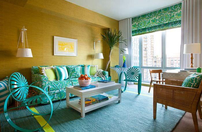 Желтая стена в гостиной с текстилем мятного цвета