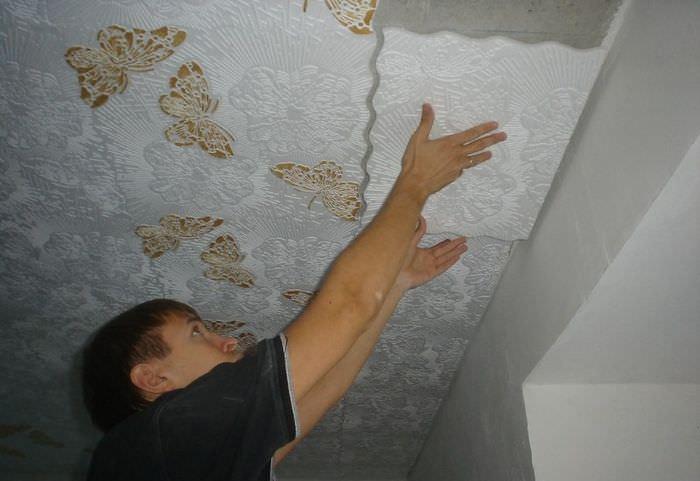Наклейка на потолок в гостиной плитки из пенополистирола своими руками