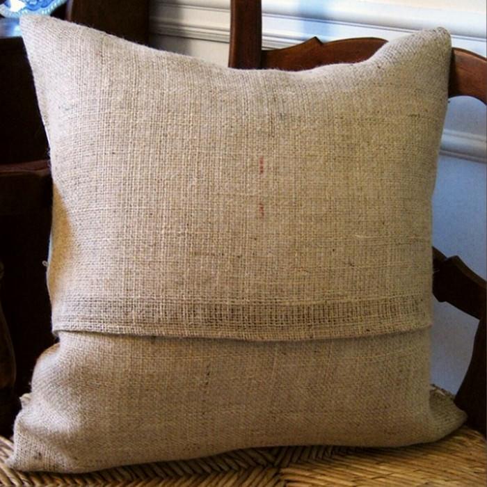 Подушка с наволочкой из мешковины в интерьере