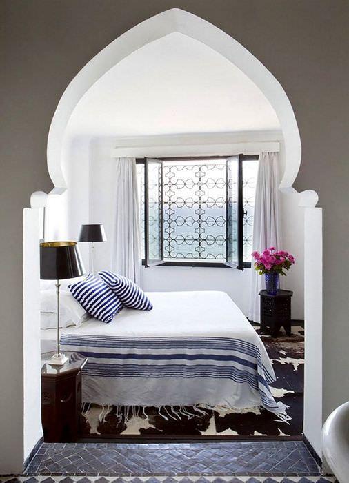Маленькая спальня в марокканском стиле с аркой