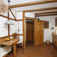 Деревянные балки на стене и потолке жилой комнаты
