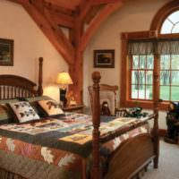 Пестрый текстиль на кровати в деревенской спальне