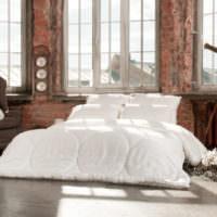 Белая кровать в спальне индустриального стиля