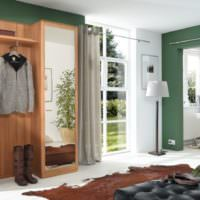Прихожая загородного дома с зелеными стенами