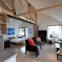 Несущие деревянные балки в интерьере современной гостиной