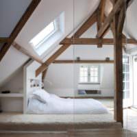 Белая спальне в мансарде немецкого дома